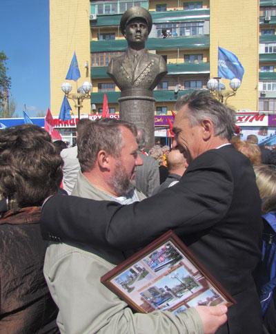 Гостя из Мурманска Евгения Терещенкова (слева) тепло приветствует первый заместитель мэра Мариуполя Геннадий Митрофанов.