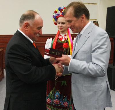 Знаменитый форвард Шахтера Виктор Грачёв получил заслуженную награду из рук председателя Государственной службы молодежи и спорта Равиля Сафиуллина.
