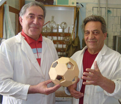 Коллеги Александр Заритовский и Роберт Кочканян с моделью фуллеренного шара, многократно превосходящей размерами оригинал.