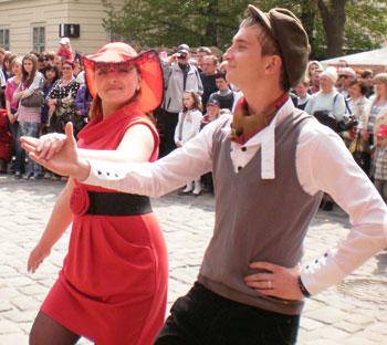 Влюбленные пары в городе Льва не скрывают чувств и танцуют у всех на виду.