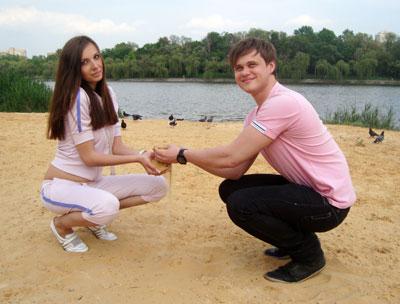 Анна Крайнюченко и Иван Тищенко довольны новым песком на облагороженном пляже у Нижнекальмиусского водохранилища.