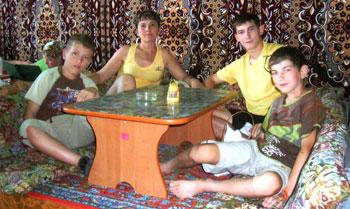 Фото из чайханы напоминает Денису, Наталье Владимировне, Тарасу и Данилу Степаненко о путешествии в Крым.