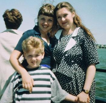 Маленький Саша Кривошапко в окружении любящих женщин: сестры Ирины и мамы Дианы.