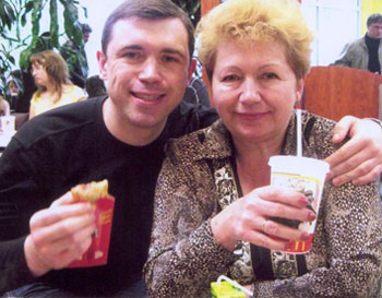 Игорь Мокрик вместе с мамой Людмилой Николаевной.