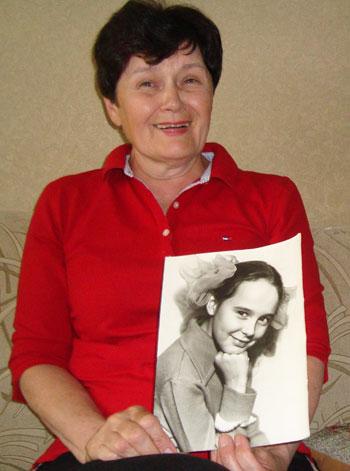 Ольга Николаевна со школьным фото дочери Елены Выбловой, которая в те годы и не помышляла о штурме Антарктиды.
