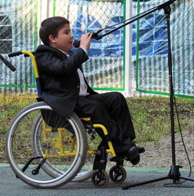 Открыл фестиваль снежнянец Саша Головко, прочитавший проникновенные стихи, сидя в инвалидной коляске.