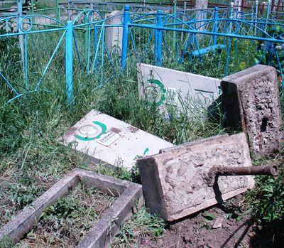 В ДНР мрази воюют с памятью, громя гражданские захоронения