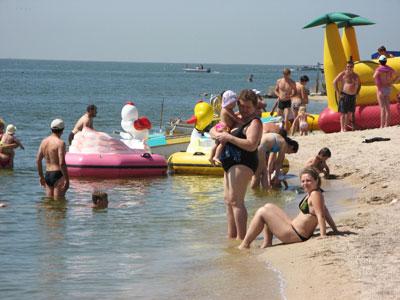 Холерные запреты сняли - люди с удовольствием нежатся на солнышке и без опаски подходят к воде.