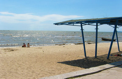 Если вы хотите спокойствия, найдете его на берегу пляжей в селе Безыменное. Здесь немноголюдно, но очень уютно.
