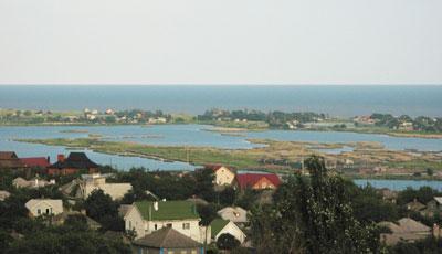 В селе Виноградное можно отдохнуть сразу на двух водоемах - море и бакаях.