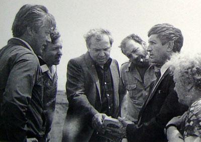 Во время привоза праха писателя на курган в Старобешевском районе. Слева-направо: Евгений Жариков, Иван Билый, Иван Костыря, Александр Гревцов и Анатолий Кравченко.