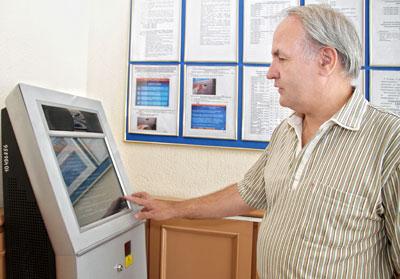 Контролировать начисление пенсий Георгий Якименко советует с помощью терминалов, которые имеются в отделениях фонда.