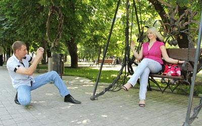 В сезон отпусков парк кованых фигур в центре Донецка превращается в центр знакомств.