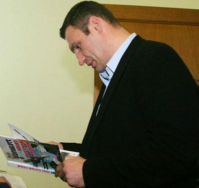 В 2009 году Виталий Кличко подарил Мариуполю спортивный зал, а наша редакция в ответ презентовала боксеру книгу о Донбассе.