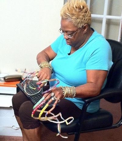Американка отрастила 50-сантиметровые ногти ради телевизора