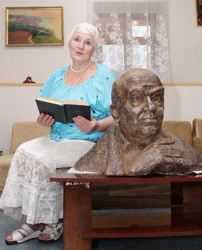 Майя Калиниченко читает книгу Шутова Свет Куинджи у бюста писателя работы скульптора Юрия Балдина.