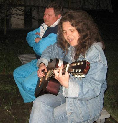Уже больше 25 лет Галина Лукьянова главным походным снаряжением считает гитару.