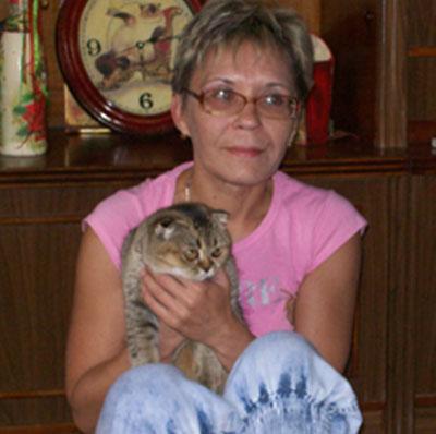 Галина Ясенева с кошкой Элей, окрас которой называется золотая шиншилла.