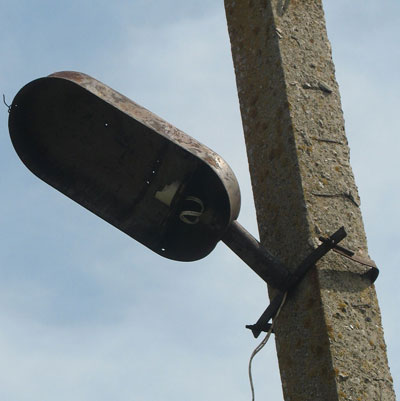 Мертвые фонари на сельских улицах.