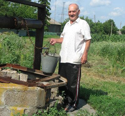 Воду из уличного колодца Михаил Сердюк опасается предлагать проезжему человеку.