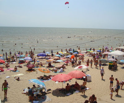 Урзуфский пляж в далеко не самый разгар дня.