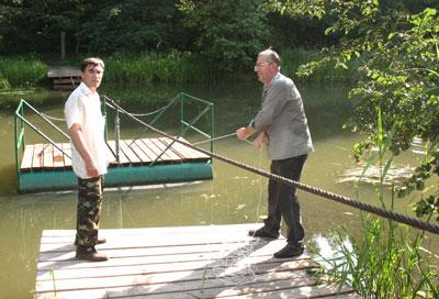Переплывать реку на понтоне интересно, но если нет равновесия, может и перевернуться.