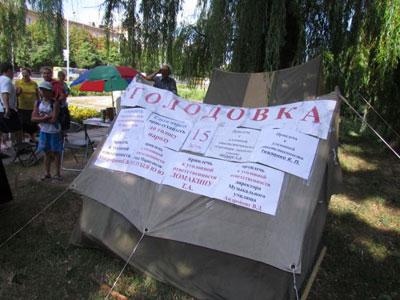 В Мариуполе голодующие против закрытия музыкальной школы пошли в прокуратуру