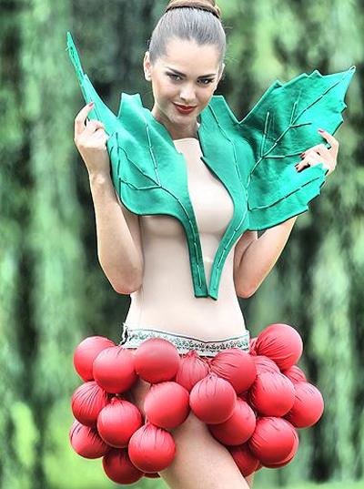 Мисс Украина Вселенная Олеся Стефанко в образе калинки-малинки