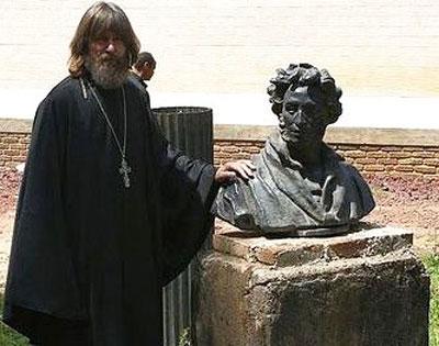 На родине предков Пушкина Федор Конюхов разыскал бюст великого поэта.