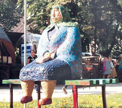 в киевском парке имени Тараса Шевченко открыли скульптуру Бабушка классическая