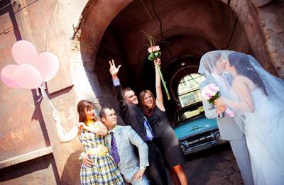 Нестандартная свадьба прошла в Мариуполе: гости перевоплотились в стиляг 60-х, разъезжали по городу на ретро-автомобилях, танцевали твист и рок-н-ролл, а молодожены разрезали торт в виде старого проигрывателя