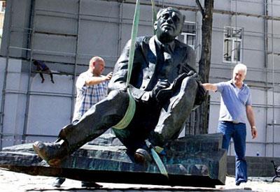 Напротив дома на Ришельевской, 17, в котором жила семья писателя в 30-е годы, в Одессе открыт памятник Исааку Бабелю