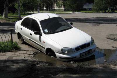 В центре Славянска автомобиль провалился колесом в открытый люк