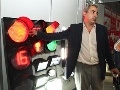 Вадим Евченко из ООО Донконсалтсервис показывает элементарное решение, которое позволяет сэкономить кучу денег: таймер светофора располагается не в дополнительной секции, а вместе с желтым светом.