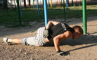 Дмитрий Коробков уверяет, что уже после двух месяцев тренировок отжиматься на одной руке сможет почти каждый.