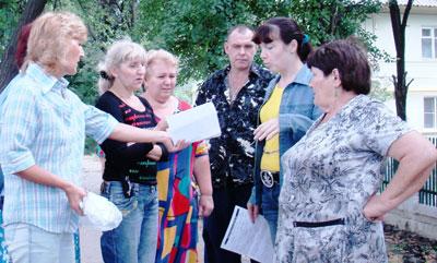 В домах №№6 и 8 по проспекту Горняков в Енакиеве все поневоле стали активистами, которые собирают подписи под жалобами и бомбардируют телефоны начальников всех уровней.