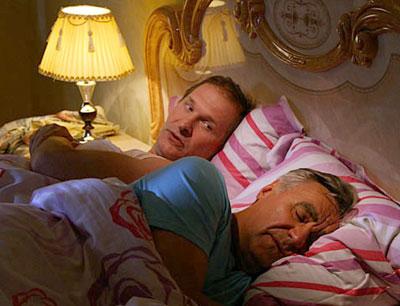 Кадр из Сватов. Пока Анатолич (Анатолий Васильев) пытается отдохнуть, Иван (Федор Добронравов) задумывает жесткую шуточку.