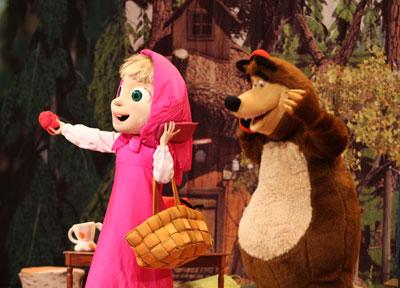 Любимые персонажи Маша и медведь на сцене донецкого Дворца молодежи «Юность».