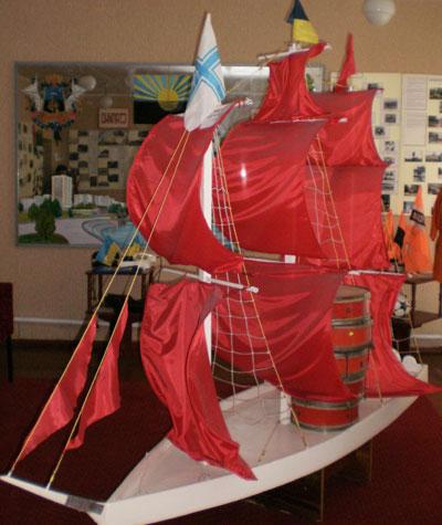 Донецкий лицей № 71. Школьный символ сбывшейся мечты - корабль с алыми парусами.
