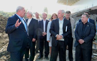Сессию горсовета мэр Артемовска Алексей Рева решил продолжить на стройке.