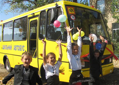 Детвора из сельской школы Золотого Колодца Добропольского  района при виде новенького автобуса откровенно выражала свой восторг.