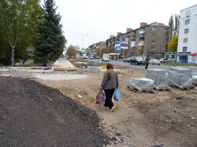 Полным ходом идет реконструкция пешеходной и проезжей части проспекта Ломоносова.