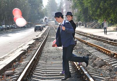 Пока в центре Донецка, на улице Челюскинцев, укладывают новое трамвайное полотно, местным жителям приходится рисковать своими ногами.