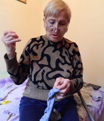 Даже обычная бабушкина работа по штопке носков из-за болезни стала для Веры Зубарь сложной.