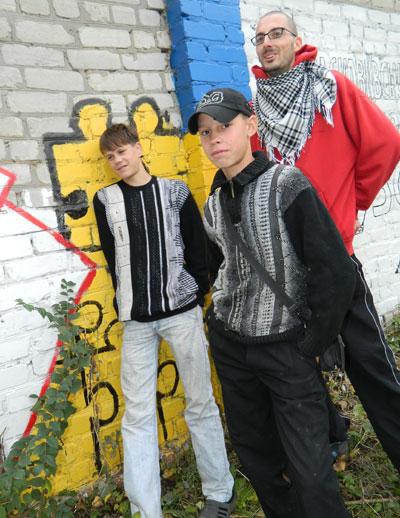 Серый забор вокруг школы-интерната в селе Параскавеевка Артемовского района за неделю стал цветным. Его вместе с воспитанниками раскрасил итальянский волонтер Лоренцо Тенкони.