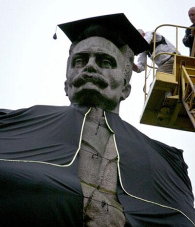 Памятник Ивану Франко во Львове одели в студенческую мантию. Так студенты местного университета им. Франко отмечали 350-летия родного вуза.