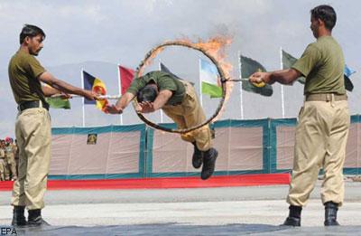 В Украине начался осенний призыв. А пакистанские армейские новобранцы таким образом выполняют церемонию вступления в вооруженные силы.