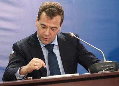 В Донецке Дмитрий Медведев, как обычно, не отрывался от планшета и радостно делился со всеми новостями из Твиттера.