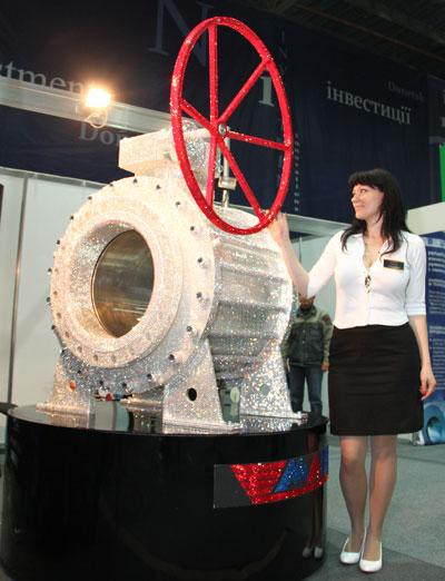 Наталья Зятикова демонстрирует сверкающий кран, который, несмотря на 250 тысяч страз, хоть сейчас можно устанавливать на трубопровод.
