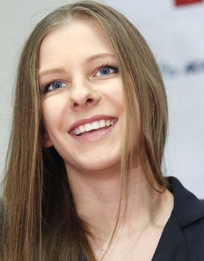 Елизавета Арзамасова призналась Донбассу, что до сих пор боится стоять на коньках. И участвует в шоу Лед и пламень, только чтобы преодолеть свой страх.
